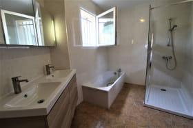Gîte des Cerisiers à Courzieu, dans le Lyonnais - Rhône : la Salle de bains avec baignoire et douche au rez-de-chaussée.